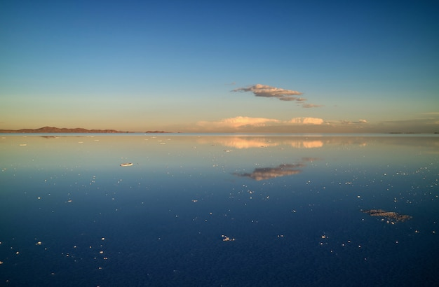 Vista spettacolare dell'effetto specchio negli appartamenti dei sali di uyuni o nel salar de uyuni della bolivia,