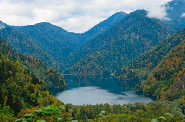 Vista stupefacente del paesaggio della natura del piccolo ritsa abkhazia del lago