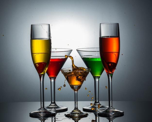Vista su molti vetri martini e tulip champagne sul pavimento di riflessione