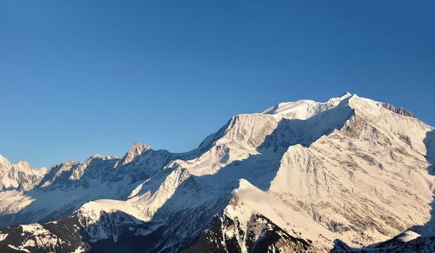 Vista su mont blanc famoso in europa alpina sotto cielo blu