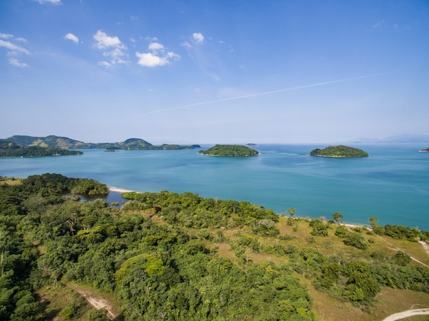 Vista su paraty, la spiaggia e l'oceano blu. foresta verde