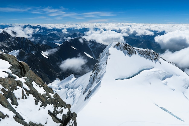 Vista sui ghiacciai della catena montuosa del belukha