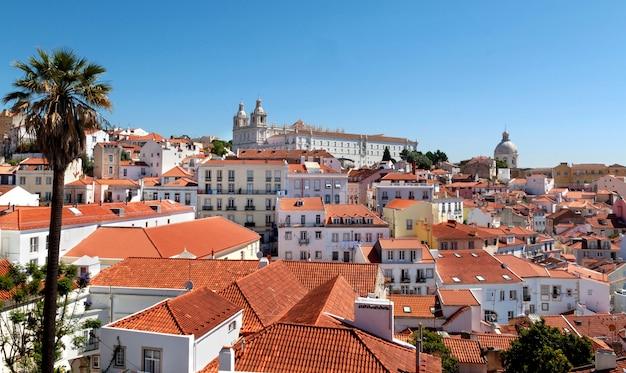 Vista sui tetti rossi di lisbona, portogallo