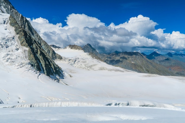 Vista sul ghiacciaio mensu dal passo di montagna berelskoe sedlo.