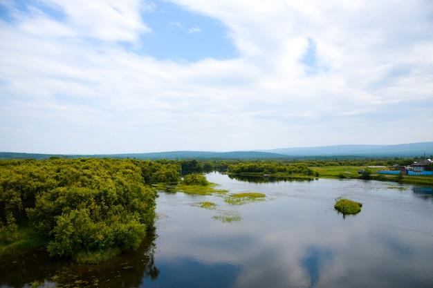 Vista sul lago e bel cielo con nuvole e cielo-cuore. siberia, russia.