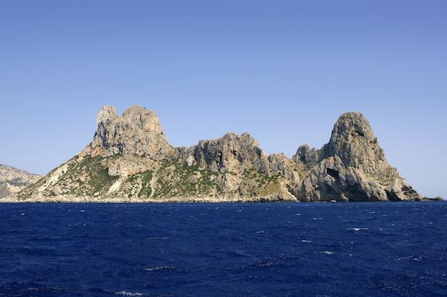 Vista sul mare blu dell'isola mediterranea di ibiza