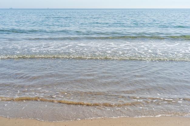 Vista sul mare calmo dalla spiaggia