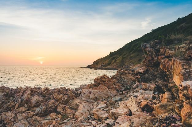 Vista sul mare con la roccia nel bello tramonto in khao laem ya, tailandia.