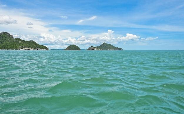 Vista sul mare con montagne di calcare, thailandia