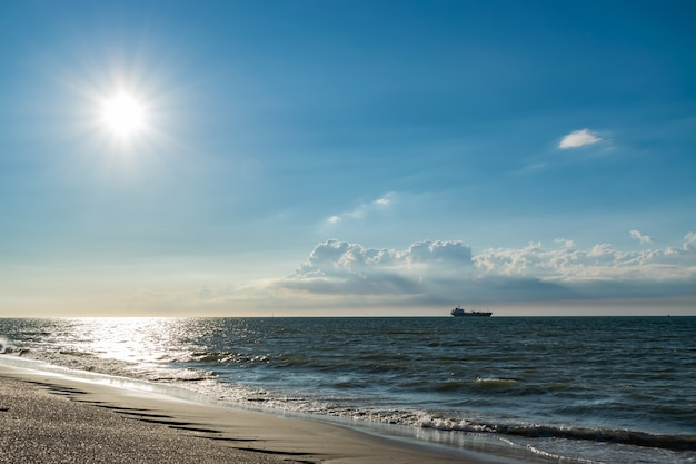 Vista sul mare del nord, nave sullo sfondo e nuvole.