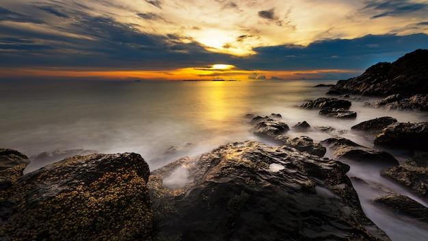 Vista sul mare dell'isola di lanta, krabi, tailandia. onda liscia a lunga esposizione