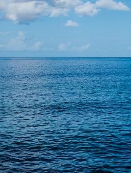 Vista sul mare dell'oceano atlantico con luce solare di pomeriggio