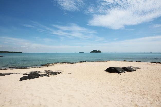 Vista sul mare della spiaggia rocciosa sulla costa di mare