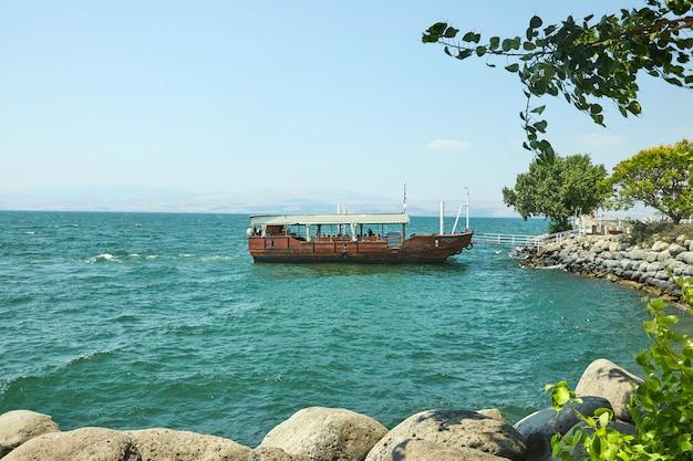 Vista sul mare di galilea con una barca da diporto dal lato est in una giornata di sole estivo, luglio