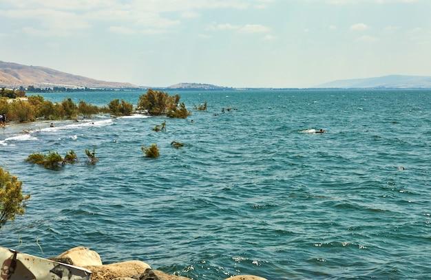 Vista sul mare di galilea dal lato est in una giornata di sole estivo, luglio