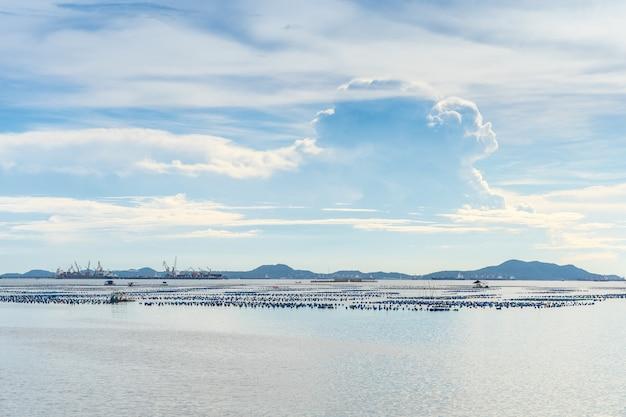 Vista sul mare di giorno di estate di sriracha, chonburi, tailandia