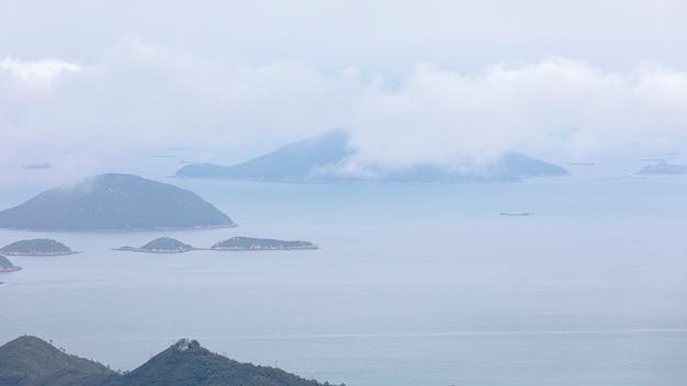 Vista sul mare e montagna con il cielo delle nuvole nella stagione della pioggia