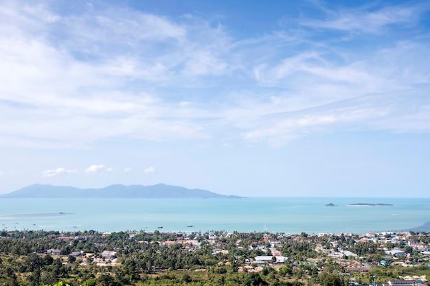Vista sul mare sulla montagna con nuvole e cielo blu