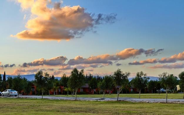Vista sul villaggio di montagna nel tramonto travi bassa galilea