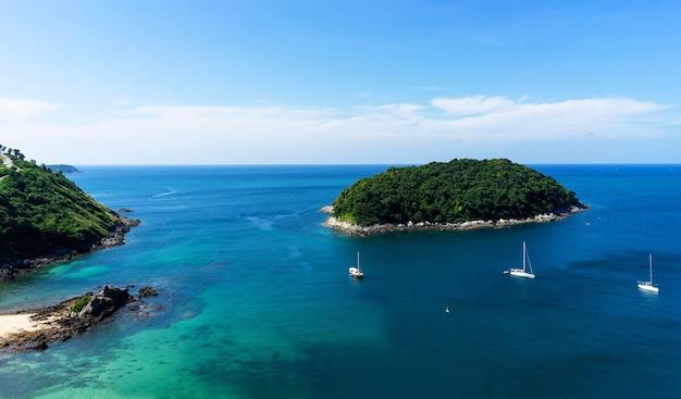 Vista sull'oceano con la navigazione in yacht