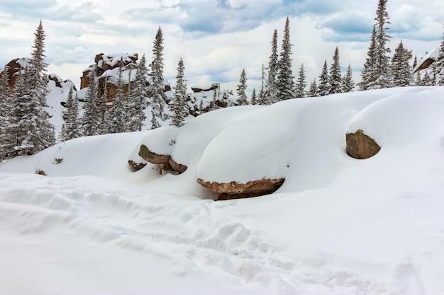Vista sulla cima del monte utuya. paesaggio invernale a gornaya shoria. russia, regione di kemerovo, stazione sciistica di sheregesh.