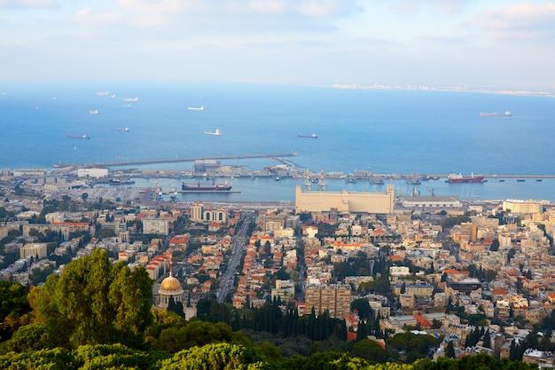 Vista sulla città di hifa e sul mar mediterraneo dall'alto