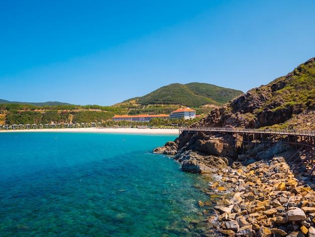 Vista sulla costa con spiaggia e isola rocciosa
