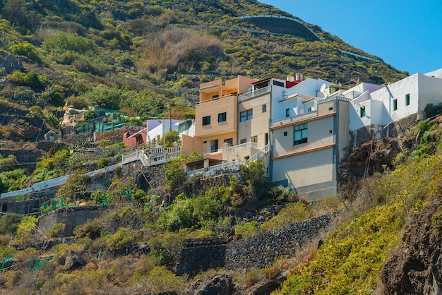 Vista sulla montagna e colorati edifici in cima a garachico