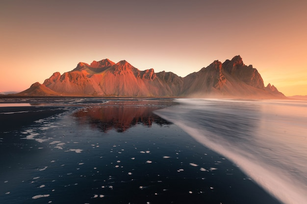 Vista sulla montagna vestrahorn dalla spiaggia di stokksnes, islanda.