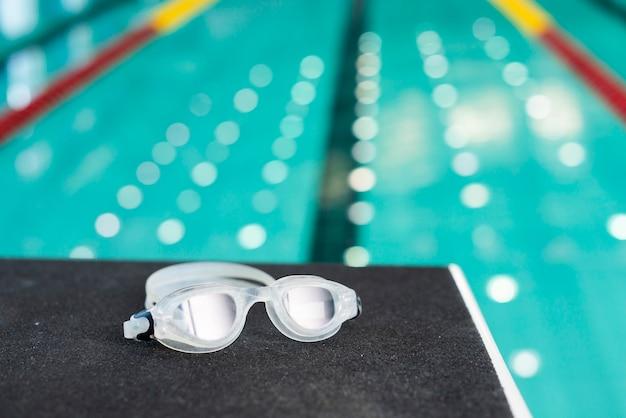 Vista sulla piscina ad alto angolo e occhialini da nuoto