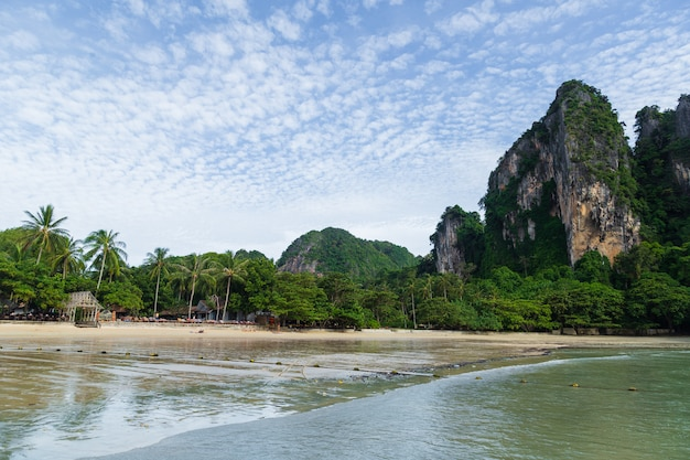 Vista sulla spiaggia esotica di railay, krabi, mare delle andamane, tailandia