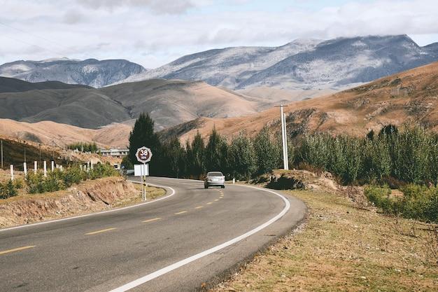 Vista sulle montagne con la strada nella contea di daocheng