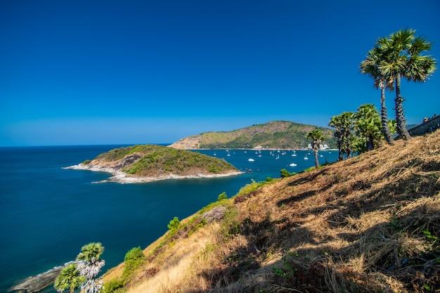 Vista sulle scogliere rocciose e sul mare limpido sotto il sole splendente. promthep cape. punto di vista a phuket in thailandia
