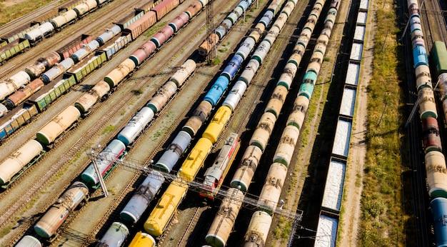 Vista superiore aerea dei treni merci industriali sulle strade ferrate f