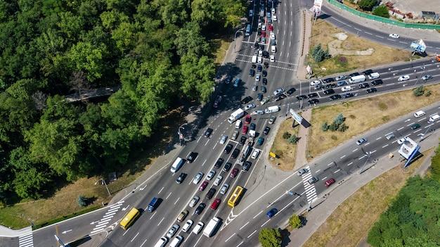 Vista superiore aerea del bivio da sopra, traffico automobilistico e inceppamento di molte automobili, concetto del trasporto