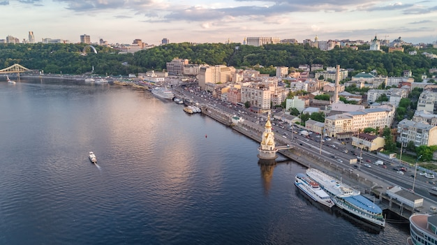 Vista superiore aerea del fiume dnepr e distretto di podol da sopra, città di kiev, ucraina