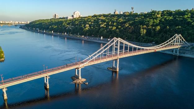 Vista superiore aerea del ponte del parco pedonale e del fiume dnieper da sopra, città di kiev, ucraina