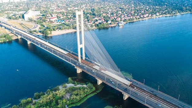 Vista superiore aerea del ponte del sud nella città di kiev da sopra, l'orizzonte di kyiv e il paesaggio urbano del fiume di dnieper, ucraina