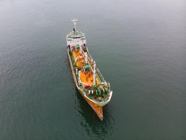 Vista superiore aerea del trasporto del mare, ngv di gpl dell'autocisterna della petroliera grezza alla proprietà industriale tailandia