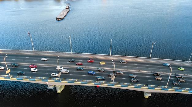Vista superiore aerea dell'ingorgo stradale dell'automobile della strada del ponte di molte automobili da sopra, concetto del trasporto della città