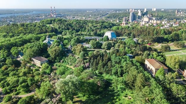 Vista superiore aerea della città di kiev da sopra, l'orizzonte di kyiv e il paesaggio urbano del fiume di dnieper in primavera, ucraina