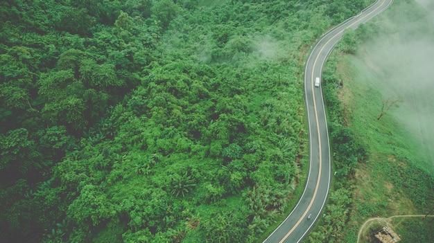 Vista superiore aerea della strada del cielo sopra la cima della montagna