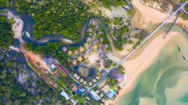 Vista superiore aerea, località di soggiorno e spiaggia con acqua blu smeraldo sul bello mare tropicale in tailandia