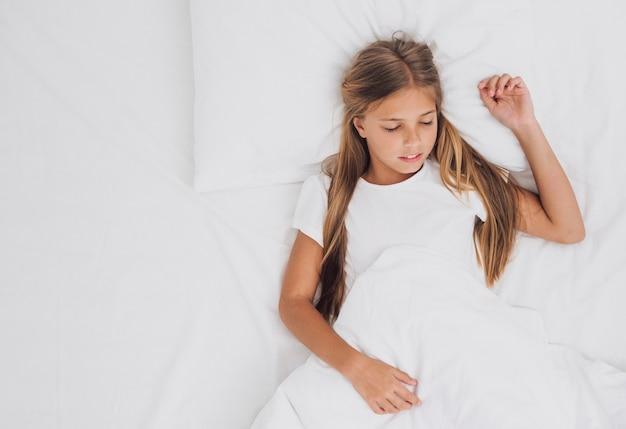 Vista superiore bambina che dorme con lo spazio della copia