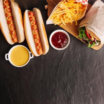 Vista superiore con composizione fast food con spazio sul fondo