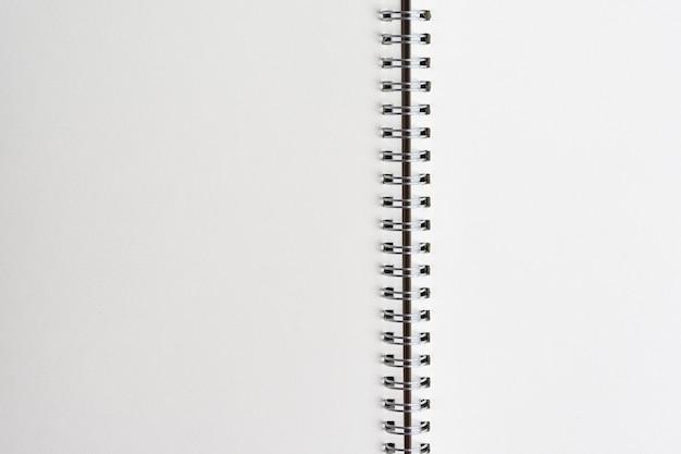 Vista superiore da vicino del fondo di carta del taccuino o del blocco note in bianco