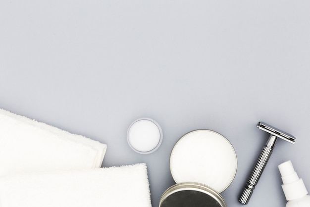 Vista superiore degli accessori di concetto del bagno con lo spazio della copia