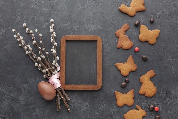 Vista superiore dei biscotti a forma di coniglietto di pasqua con l'uovo di cioccolato