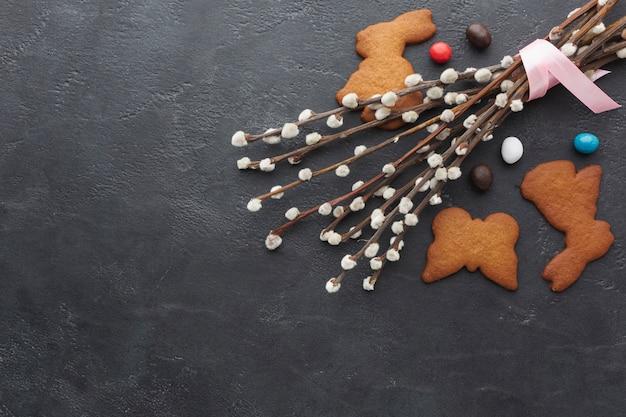 Vista superiore dei biscotti a forma di coniglietto per pasqua con lo spazio della copia
