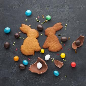 Vista superiore dei biscotti a forma di coniglietto per pasqua e la caramella